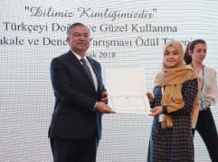 Anadolu Mektebi Öğrencisi Ödülünü Milli Eğitim Bakanı İsmet Yılmaz'dan aldı.